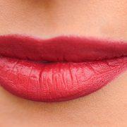 kobieta z powiększonymi ustami