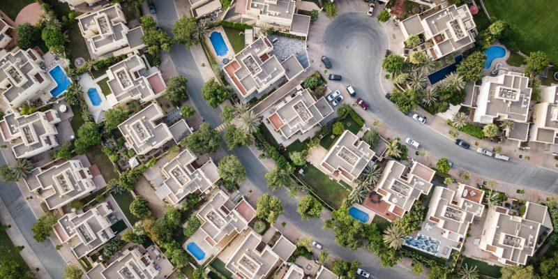 Nieruchomości z szybkiego gdańskiego skupu nieruchomości. Widać bogatą dzielnicę z lotu ptaka. Baseny, samochody itd.